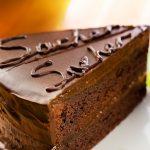 Sachertorte (tort de ciocolată cu umplutură de caise)